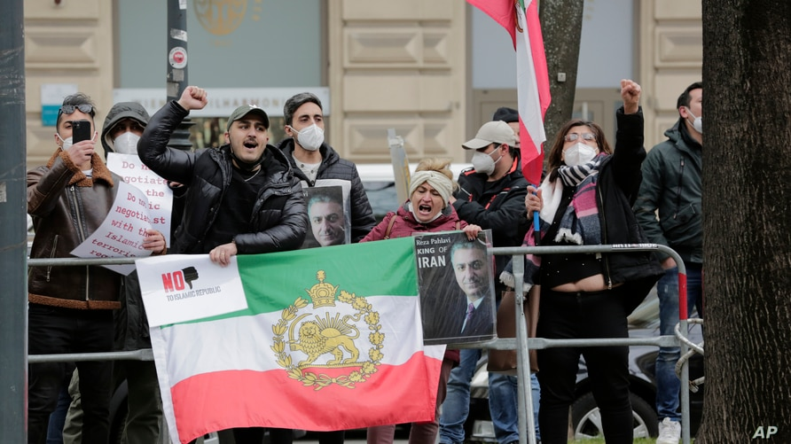 Demonstrators of an Iranian opposition group protest near the 'Grand Hotel Wien' where closed-door nuclear talks with Iran take…