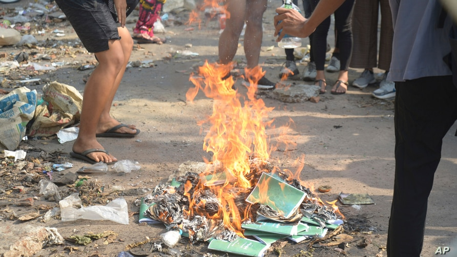 Anti-coup protesters burn constitution books at Tarmwe township in Yangon, Myanmar Thursday April 1, 2021. Opponents of Myanmar…