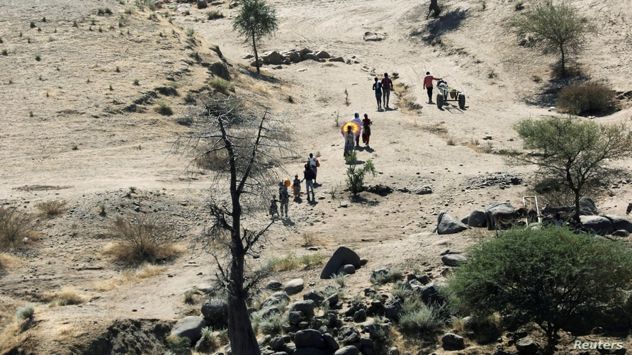 FILE PHOTO: Ethiopians fleeing from the Tigray region walk towards river to cross from Ethiopia to Sudan