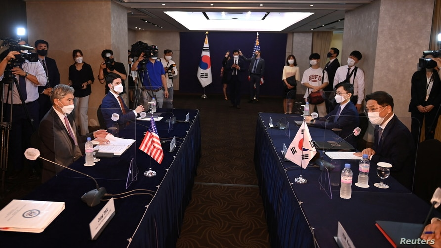 Noh Kyu-duk (R), South Korea's Special Representative for Korean Peninsula Peace and Security Affairs, talks with Sung Kim (L), US Special Representative for North Korea, during their bilateral meeting at a hotel in Seoul