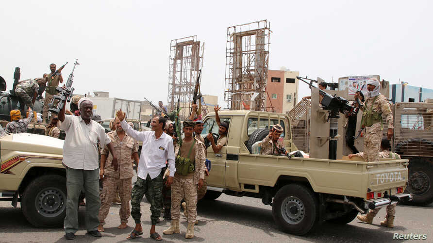 FILE PHOTO: Members of UAE-backed southern Yemeni separatist forces shout slogans as they patrol a road during clashes with government forces in Aden, Yemen August 10, 2019. REUTERS/Fawaz Salman/File Photo