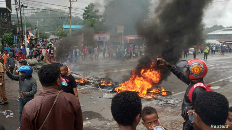People burn tires during a protest at a road in Manokwari, West Papua, Indonesia, August 19, 2019 in this photo taken by Antara Foto.  Antara Foto/Toyiban/via REUTERS  ATTENTION EDITORS - THIS IMAGE WAS PROVIDED BY A THIRD PARTY. MANDATORY CREDIT. INDONESIA OUT.