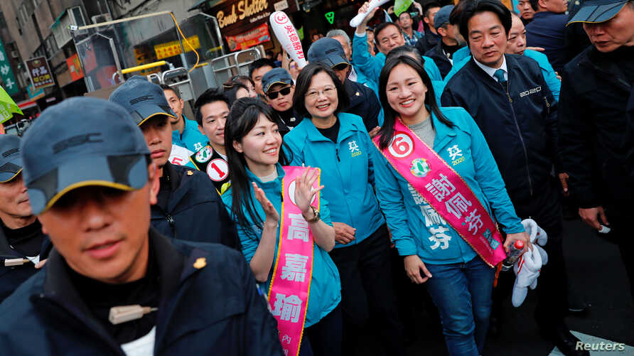 Taiwan President Tsai Ing-wen and the Democratic Progressive Party (DPP) vice president candidate William Lai attend a campaign…