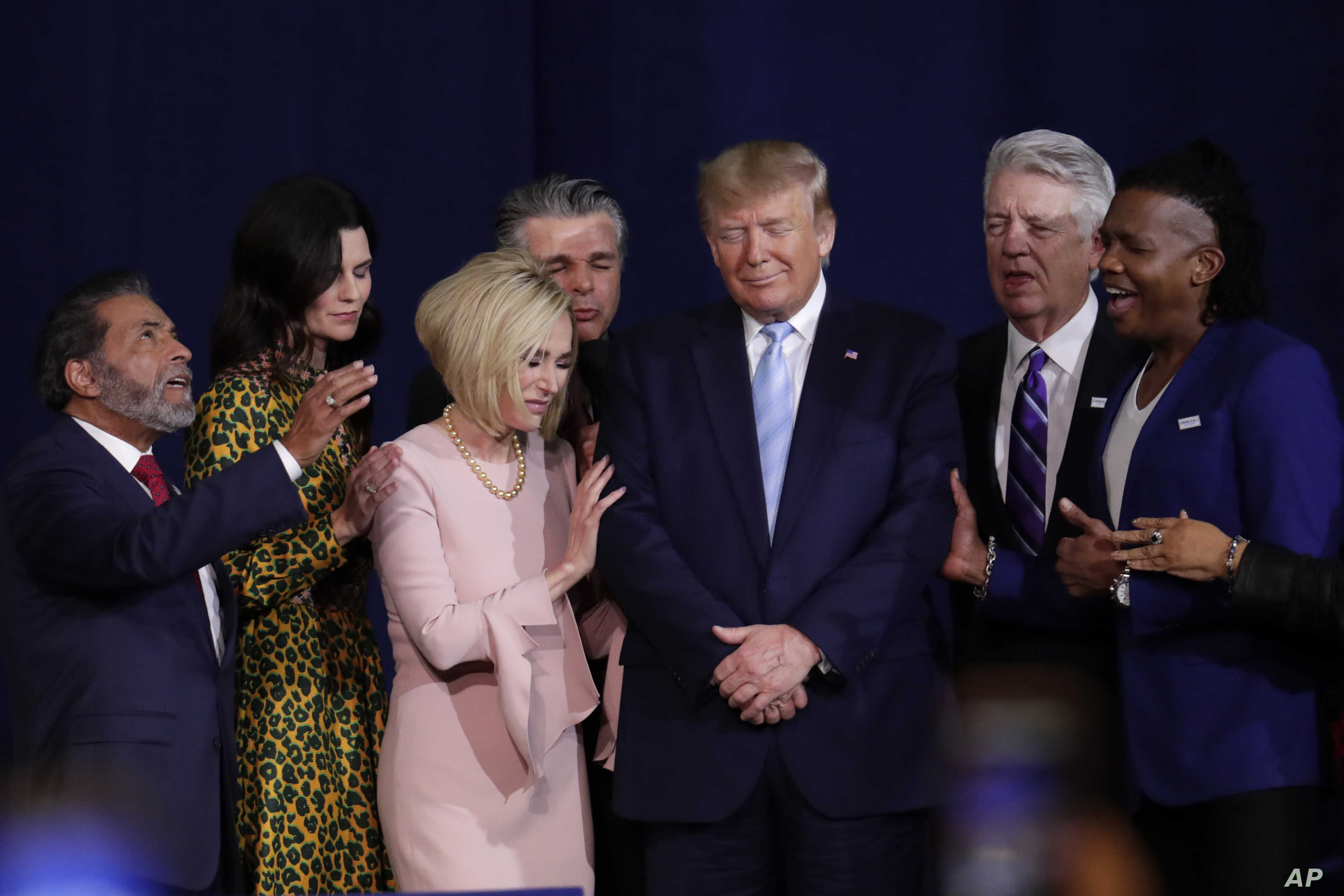 Trump Portrays Himself as Defender of Faith for Evangelicals   Voice of  America - English