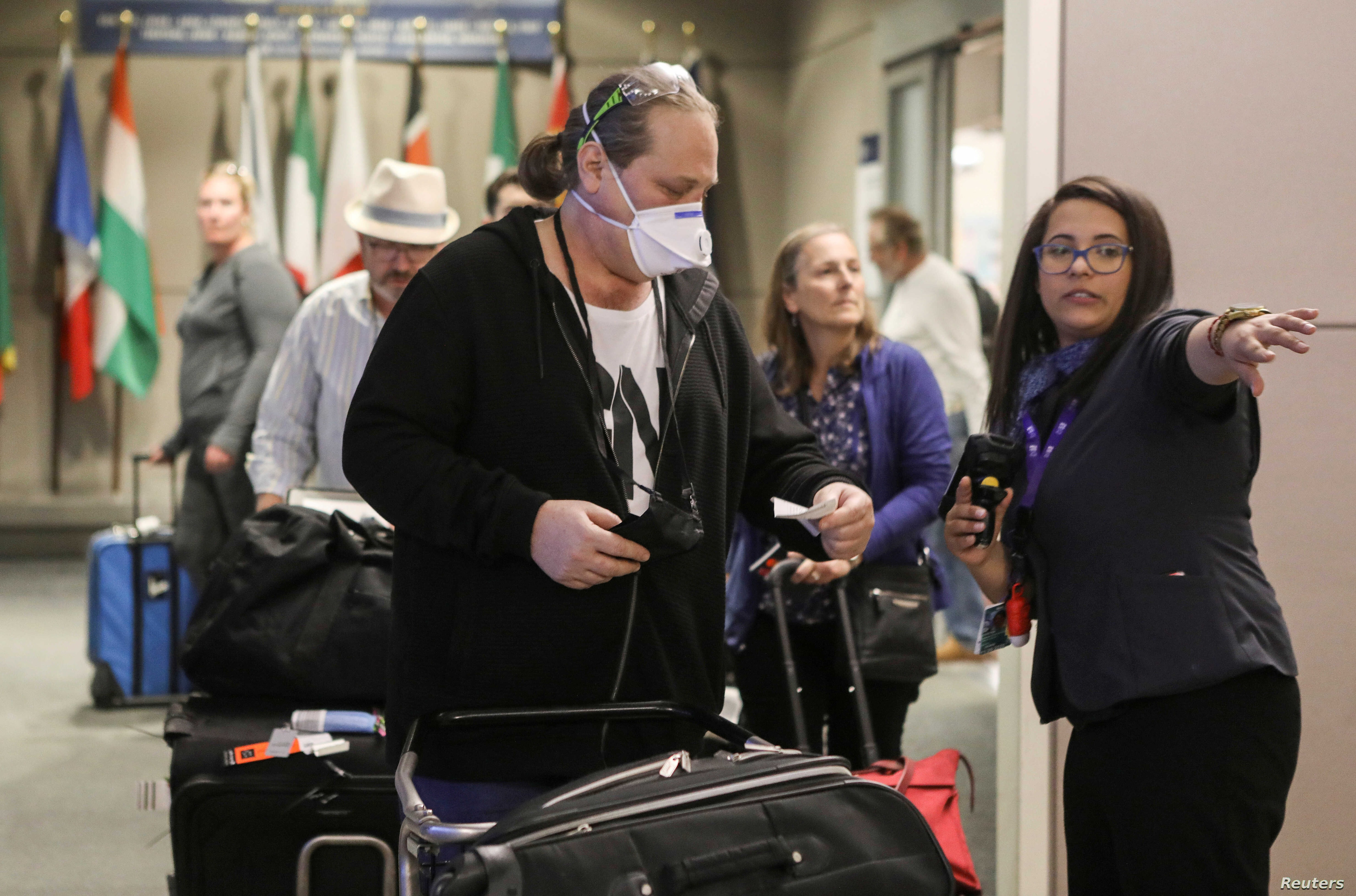 Long Waits Panic At Us Airports Under New Covid Regulations Voice Of America English