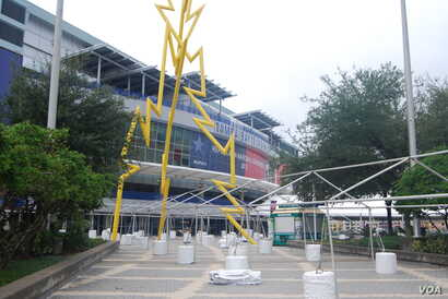 The Tampa Bay Times Forum was largely deserted in the morning as people waited to see how the weather developed, Tampa, Florida, August 27, 2012. (J. Feathelry/VOA)