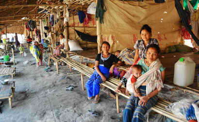 Displaced Kayin are seen in a shelter at Myaing Gyi Ngu camp, northern Kayin State. (P. Vrieze)