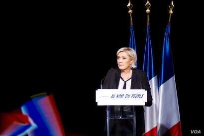 French far-right presidential candidate speaks in an auditorium in Monswiller, Alsace, where her tough anti-immigrantion talk swells her ranks of supporters. (R. James/VOA)
