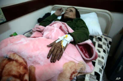 An elderly woman is treated for suspected cholera infection at a hospital in Sanaa, Yemen, May. 15, 2017.