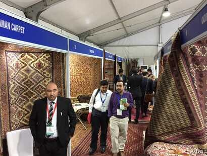 "Carpets were one of the popular items on display by Afghan businessmen who want to find new markets for their products, at the ""Passage to Prosperity"" trade show in New Delhi, Sept. 27, 2017. (A. Pasricha/VOA)"