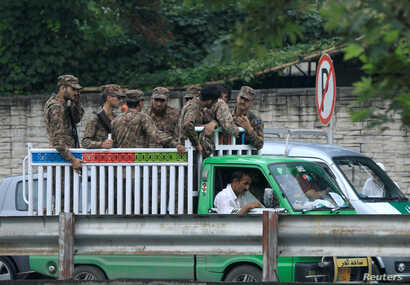 Soldiers arrive to guard the judicial complex where election material will be distributed ahead of general election in Rawalpindi, Pakistan July 24, 2018. REUTERS/Faisal Mahmood - RC19CE9547E0