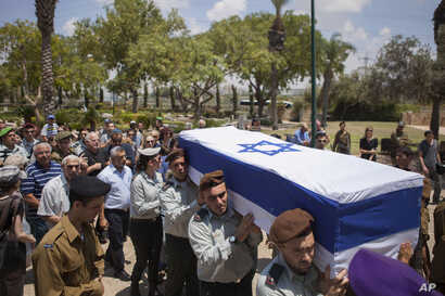 Israeli soldiers carry the coffin of Maj. Tzafrir Bar-Or, 32, at at the military cemetery in Holon  July 21, 2014.