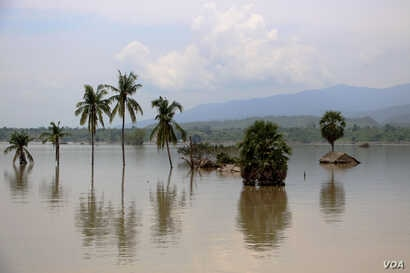 Houses are submerged by flooding near Mandalay, Myanmar, Aug. 5, 2015. (VOA / Sithu)
