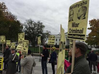 Protestors demonstrate against Israeli Prime Minister Benjamin Netanyahu's talks with President Barack Obama outside the White House, calling for an end to U.S. aid to Israel, Nov. 9, 2015. (A. Pande/VOA)
