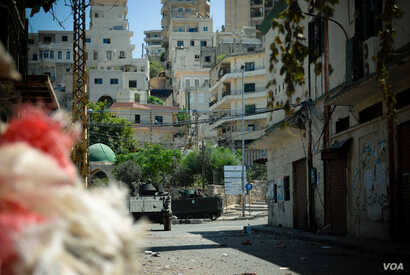 Lebanese Army armored vehicles idle on Syria Street between the Jebel Mohsen and Bab Tabbaneh neighborhoods of Tripoli, Lebanon, August 23, 2012. (VOA/Jeff Neumann)
