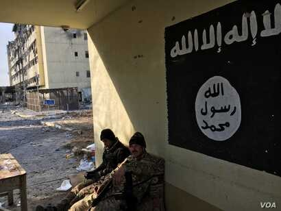 An Islamic State flag is seen on a the wall at Salam Hospital before it was removed by Iraqi forces, in Mosul, Iraq, Jan. 12, 2017. (K. Omar/VOA Kurdish)