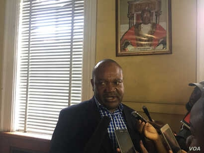 Harare city mayor Benard Manyenyeni talks to reporters at Town House, Dec. 29, 2017, after a meeting with residents who want him to step down for failing to provide Zimbabwe's capital city with safe water.