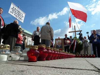 Nationalists demonstrate outside the Presidential Palace in Warsaw, Poland. (VOA/L. Ramirez)