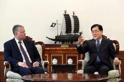 U.S. Special Representative for North Korea Stephen Biegun, left, talks with South Korean National Security Director Chung Eui-yong during a meeting at the Presidential Blue House in Seoul, South Korea, Feb. 4, 2019.