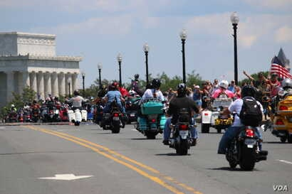 Participants drive toward the Lincoln Memorial the Rolling Thunder 'Ride for Freedom' in Washington, May 25, 2014. (Brian Allen/VOA)