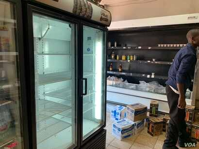 For weeks now, Zimbabwe shops have been largely empty in some cases forcing buyers only to buy a limited amount of goods to ease shortages, Oct. 15, 2018. (C.Mavhunga/VOA)