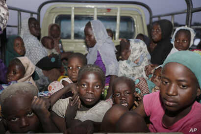Women and children rescued by Nigeria soldiers from Islamist extremists at Sambisa forest arrive at a camp in Yola, Nigeria, May. 2, 2015.