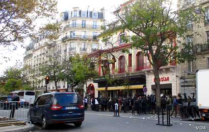 A crowd of mourners and journalists in front of the Bataclan concert hall.