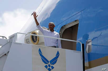 President Barack Obama waves as he boards Air Force One at Joint Base Pearl Harbor-Hickam, adjacent to Honolulu, Hawaii, en route to Hangzhou Xiaoshan International Airport, in Hangzhou, China, Sept. 2, 2016.