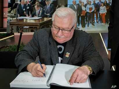 Lech Walesa, the former Polish democracy activist and ex-president, signs a condolence book for Gdansk Mayor Pawel Adamowicz, who died earlier this week after being stabbed by an ex-convict with a grudge against his former party, in Gdansk, Poland, J...