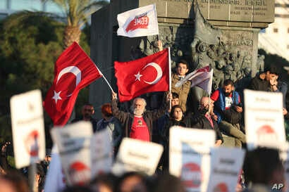 Supporters of the 'no' vote, chant slogans during a protest against the referendum outcome, on the Aegean Sea city of Izmir, Turkey, Tuesday, April 18, 2017.