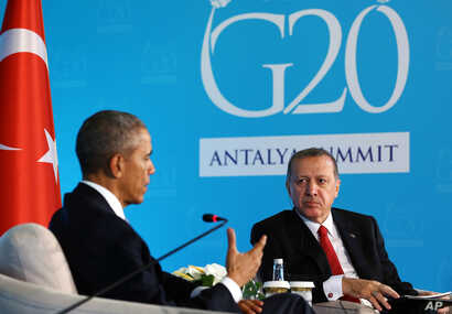 U.S. President Barack Obama, left, speaks to Turkish President Recep Tayyip Erdogan during a meeting in Antalya, Turkey, Nov. 15, 2015. Obama is on a nine-day trip to Turkey, the Philippines and Malaysia for global security and G-20 Summit.