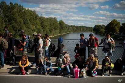 Migrants wait for registration on a bridge across the river Mur between Gornja Radgona, Slovenia and Bad Radkersburg, Austria, about 210 kms (130 miles) south of Vienna, Austria, Sept. 21, 2015.