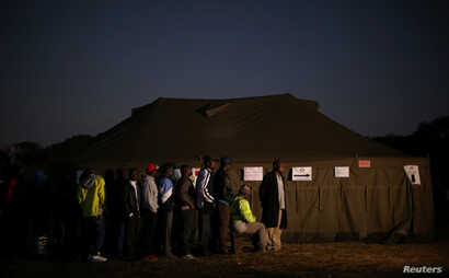 Zimbabwean voters queue to cast their ballots in the country's general elections in Harare, Zimbabwe, July 30, 2018.