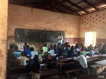 The desks at Saint Francois Public School in Bangui were destroyed by anti-balaka militias when the armed group occupied the school. The soldiers also destroyed the library and took the books. (Z. Baddorf/VOA)