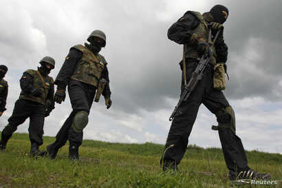 """Members of the """"Donbass"""" self-defence battalion take part in a training at a base of the National Guard of Ukraine near Kiev June 2, 2014. REUTERS/Valentyn Ogirenko (UKRAINE - Tags: MILITARY POLITICS) - RTR3RTVX"""