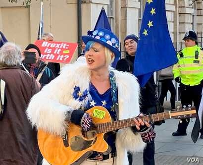 Twenty four-year-old Madeleina Kay, a British writer and political activist from Sheffield, uses the Twitter hashtag #EUsupergirl and has crowd-funded her weeks of singing in Parliament Square.