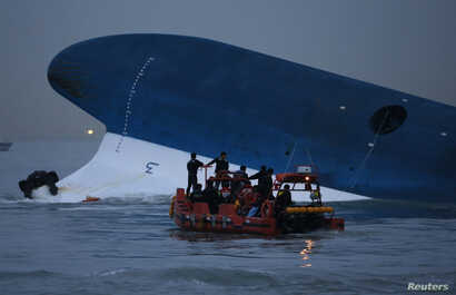 """Maritime police search for missing passengers in front of the South Korean ferry """"Sewol"""" which sank at the sea off Jindo April 16, 2014. REUTERS/Kim Hong-Ji"""