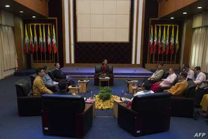 Myanmar's State Counsellor Aung San Suu Kyi (C) holds talks with leaders from the United Nationalities Federal Council (UNFC) at the National Reconciliation and Peace Centre (NRPC) in Yangon, July 17, 2016.