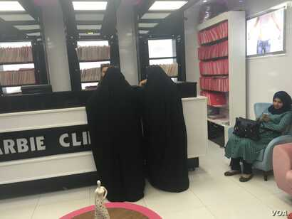 Women in abayas at the counter at Baghdad's Barbie Clinic. (S. Behn/VOA)