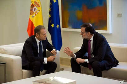 European Council President Donald Tusk, left, talks to Spain's Prime Minister Mariano Rajoy during their meeting at the Moncloa palace in Madrid, March 16, 2018.