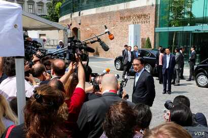 Officials taking part in the Iran nuclear talks speak to the media outside the Palais Coburg hotel, Vienna, Austria, June 28, 2015. (Brian Allen/VOA)