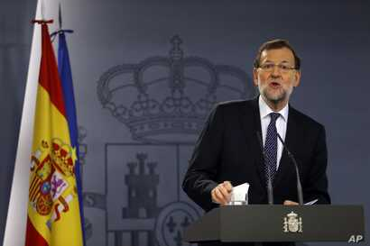 Spanish Prime Minister Mariano Rajoy delivers a statement on Catalan independence at the Moncloa palace, the premier's official residence, in Madrid, Oct. 27, 2015.