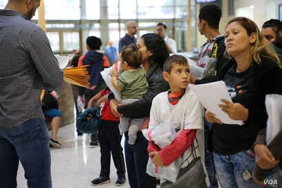 Immigrants seeking legal entry into the United States in McAllen, Texas. (Photo: A. Barros / VOA)