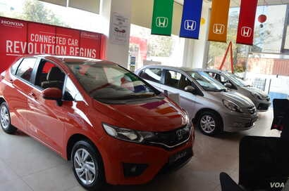At a car showroom in the business hub of Gurgaon, demand is rising for mid-segment cars. (Photo: A. Pasricha / VOA)