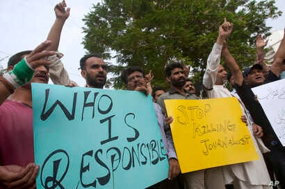 Pakistani journalists chant slogans during a demonstration to condemn a suicide bombing in Quetta that killed dozens of people including some journalists, in Karachi, Pakistan, Aug. 8, 2016.