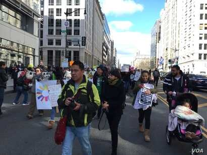 A largely Latino crowd walked from Washington's historically Latin American neighborhood of Mount Pleasant south to the headquarters of the city's government. (V. Macchi/VOA)