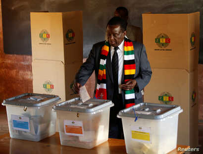 Zimbabwe's President Emmerson Mnangagwa casts his ballot as he votes in the general election at Sherwood Park Primary School in Kwekwe, Zimbabwe, July 30, 2018.