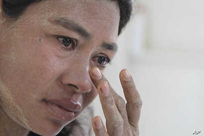 Burmese Ma Moe, who is infected with HIV, breaks into tears as she recalls how her husband died of AIDS. AIDS in Asia, has steadily worsened out of the spotlight, File June 9, 2009. (AP)