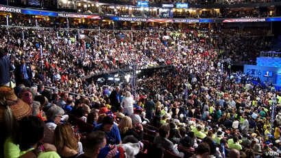 The Wells Fargo Arena in Philadelphia was packed on the final night of the Democratic National Convention, July 28, 2016. (Satarupa Barua/VOA)
