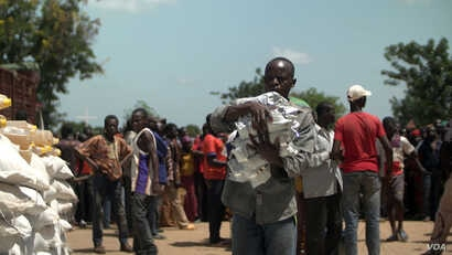 A Central African Republic man receives food at a food distribution site in Makunzi Wali in northern C.A.R. (Photo: Zack Baddorf for VOA)